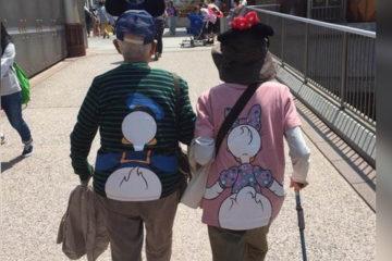 再老也要跟妳約會!阿公帶阿嬤穿「情侶裝」去迪士尼玩,網友:能愛到老好羨慕