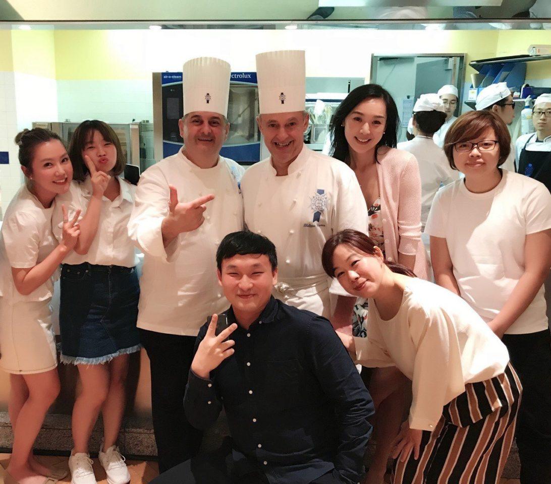 王靜瑩和同學們合影。圖/寶麗來提供