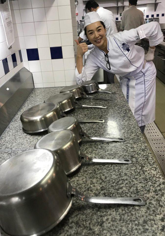 王靜瑩在課程結束後,洗了一個小時的鍋具。圖/寶麗來提供