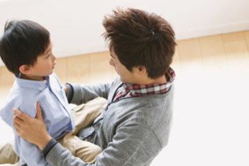別再只會寵女兒!心理學家:男孩更應該「被擁抱」,而不是要他獨立