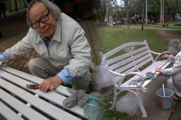 市民嫌椅子太髒,82歲畫家,每天「拿舊畫筆清理公園50張鐵椅」
