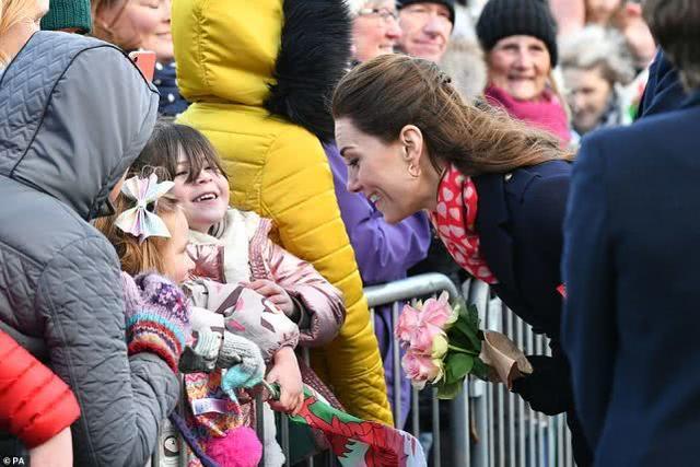 有愛!3歲女孩期待見到真正的公主,凱特因沒穿漂亮裙子向她道歉