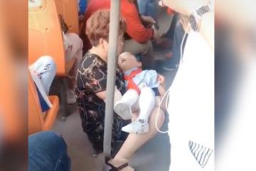 奶奶抱「熟睡孫女」上公車,周圍乘客視若無睹,最後只好坐在地上